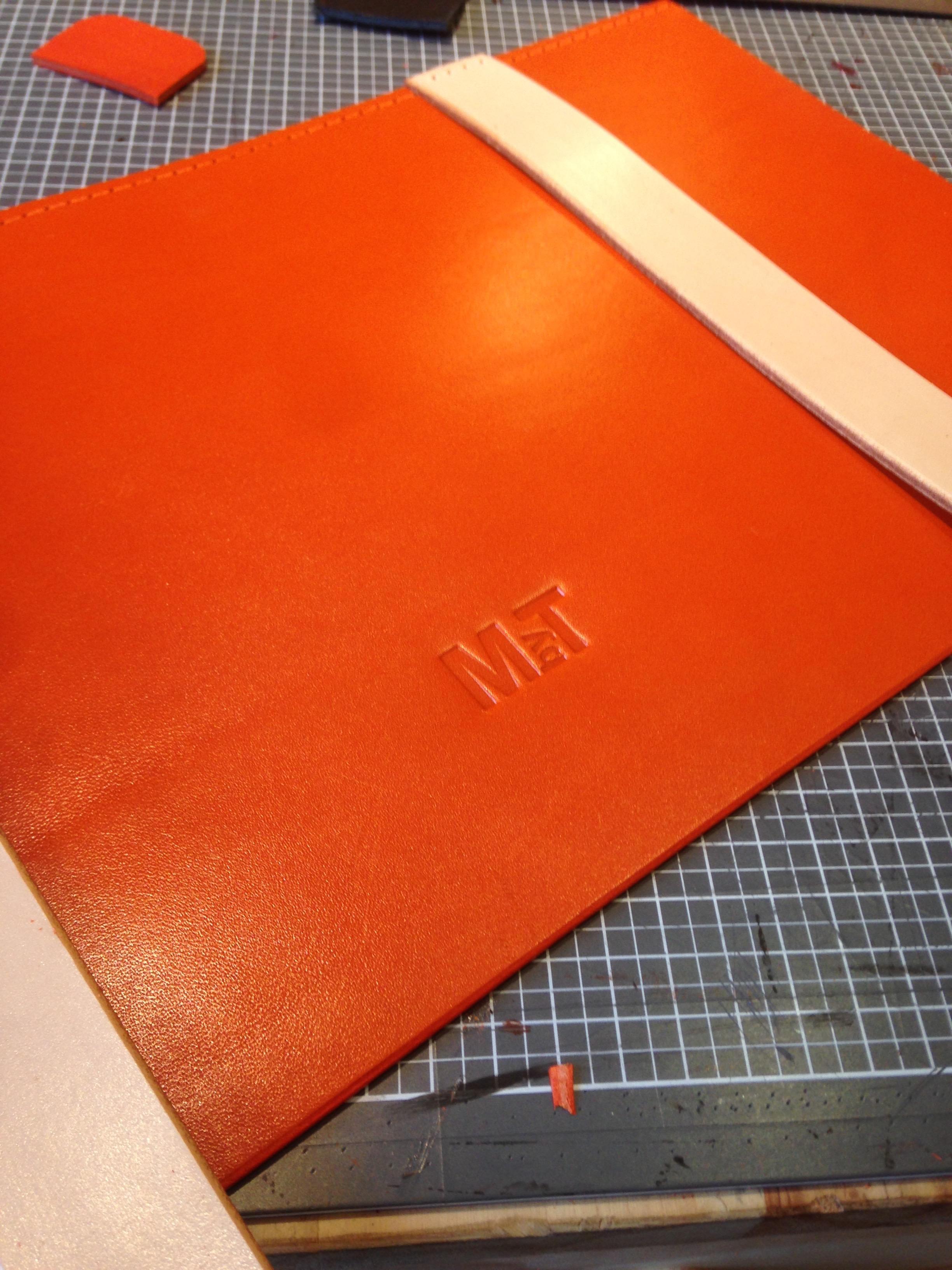 Gravure cuir cartable personnalisé